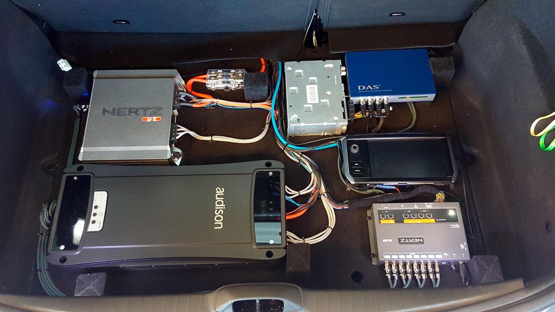 peugeot 208 bagagliaio con componenti audio
