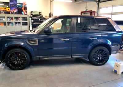 Fasi finali applicazione wrappin blu su Range Rover