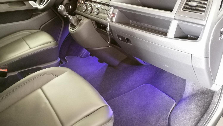 volkswagen T6 con illuminazione interna azzurra